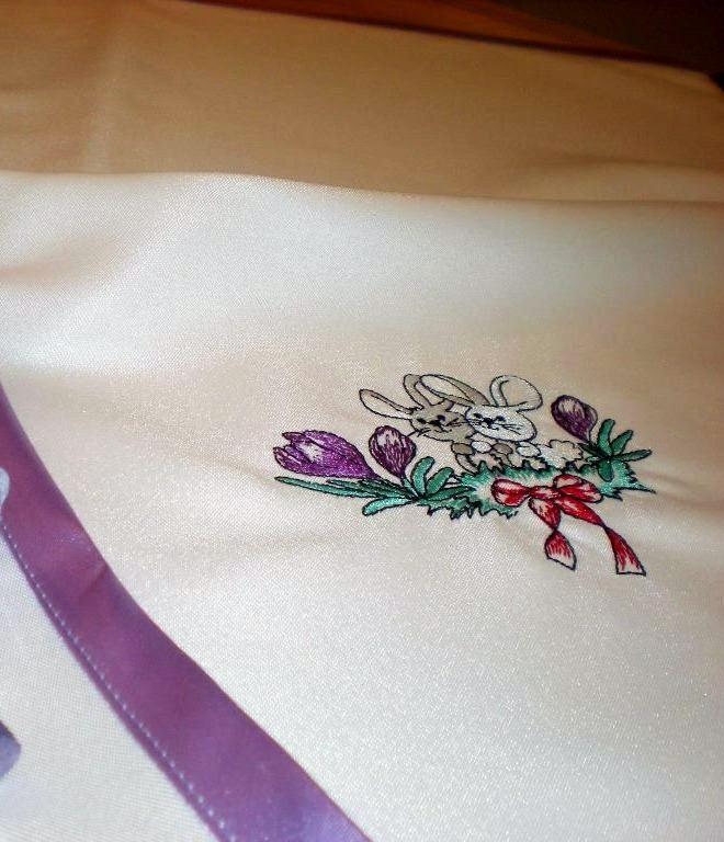 e186a19e0a Húsvéti terítő hímzett nyuszi mintákkal lila szegéllyel - Nóra ...