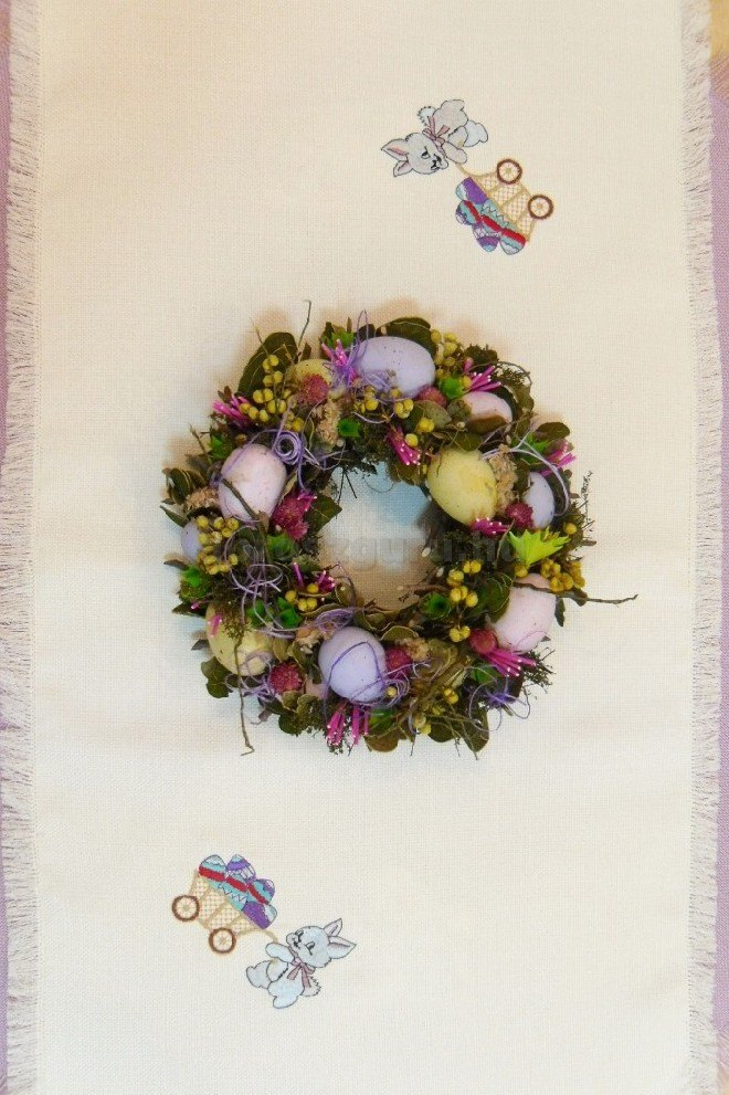 Bézs húsvéti terítő hímzett mintákkal
