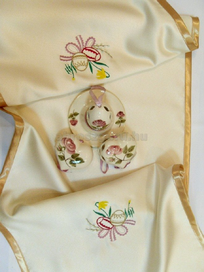 Húsvéti terítő hímzett mintákkal arany szegéllyel - Nóra
